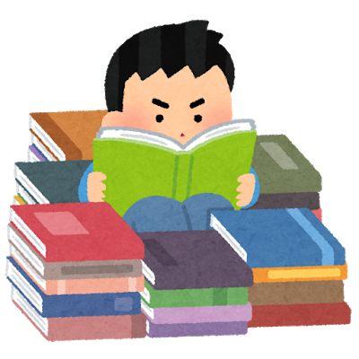 本に埋もれて読書する男の子