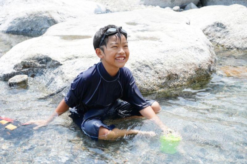 川遊びする男の子