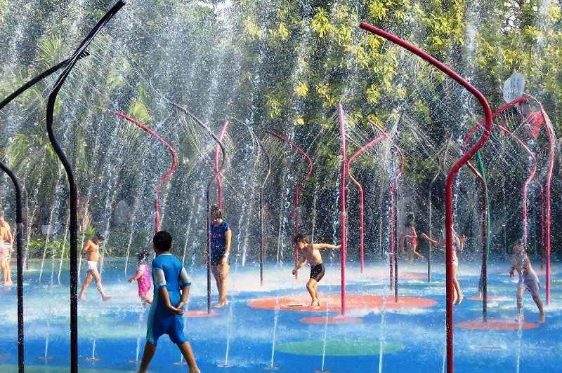 シャワーで遊ぶ子供