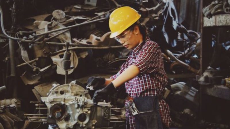 工事する女性