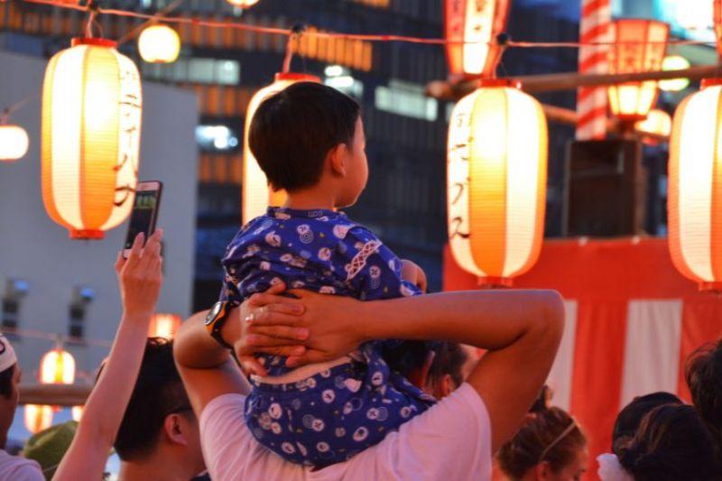お祭りで肩車される子供