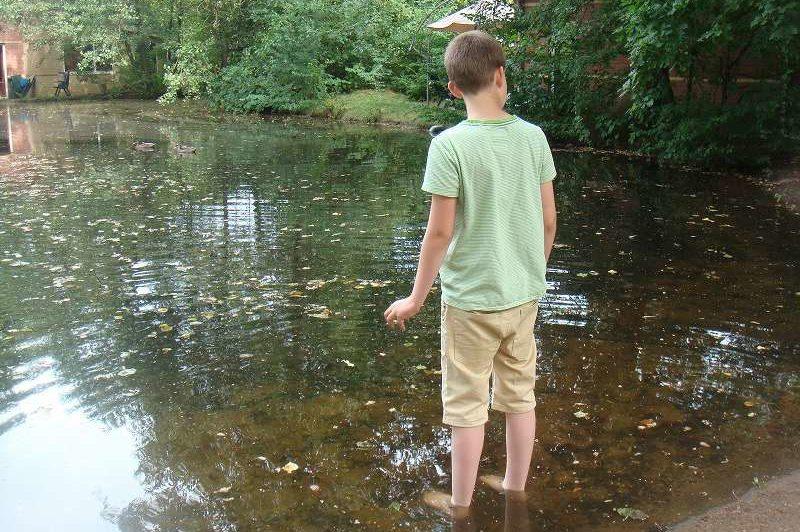 池に入る子供