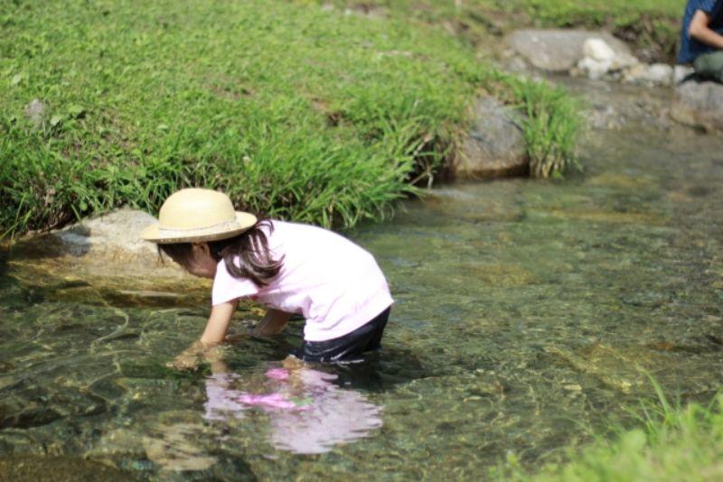 川遊びする女の子