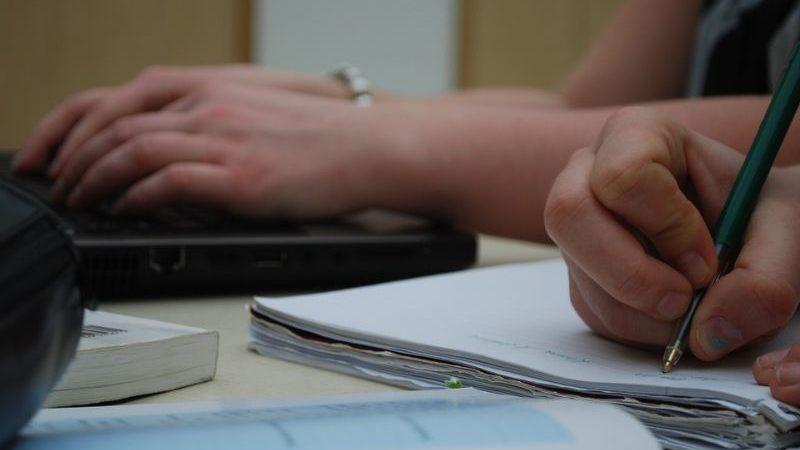 ノートに書く人