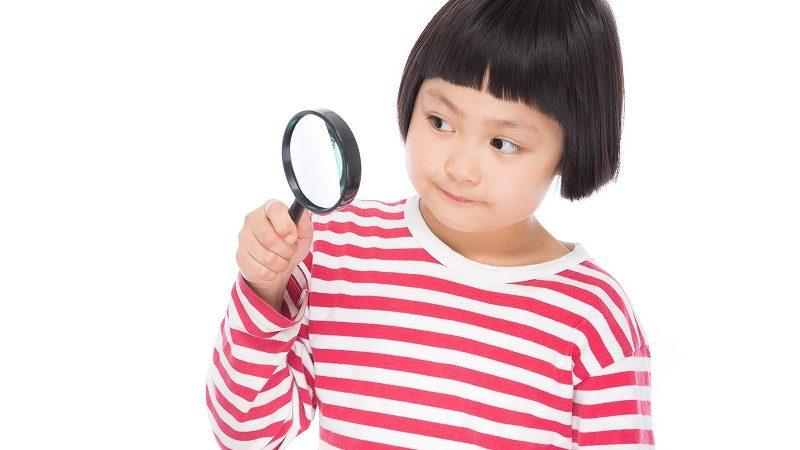 虫眼鏡で見る女の子