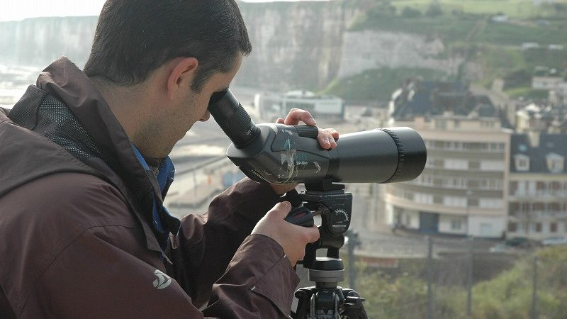 カメラを見る男性