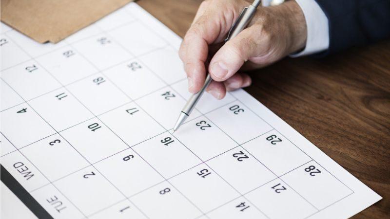 カレンダーを指す指
