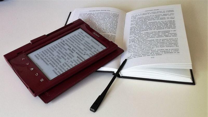 本とタブレット