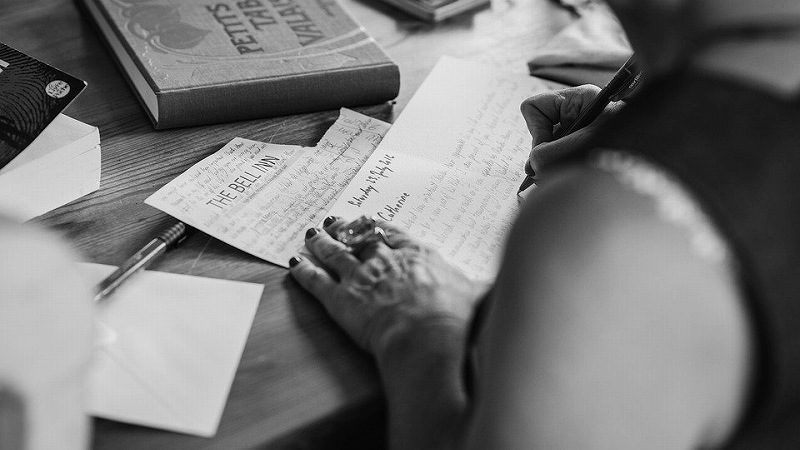 手紙を読む人