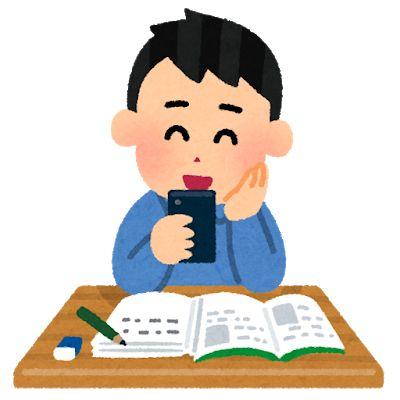 勉強中スマホをいじる男性