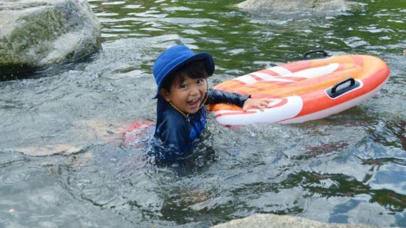 川遊びする子供