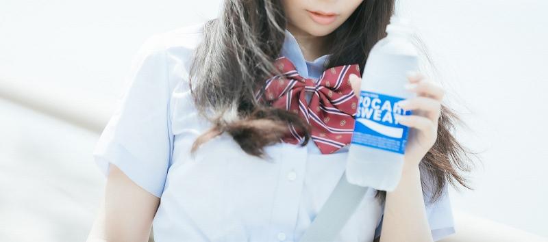 ポカリスエットを持つ女子高生