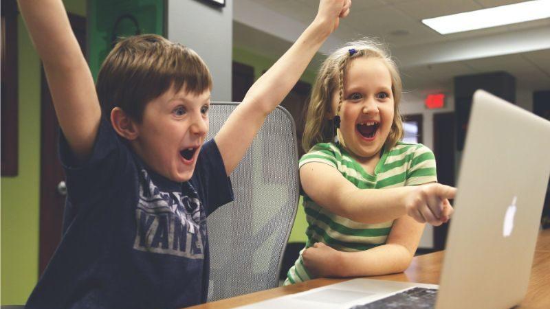 パソコンを見る子供