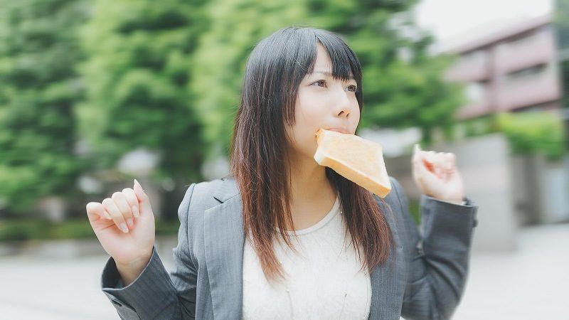 パンをくわえて走る女性