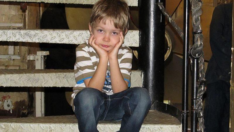 階段に座る男の子