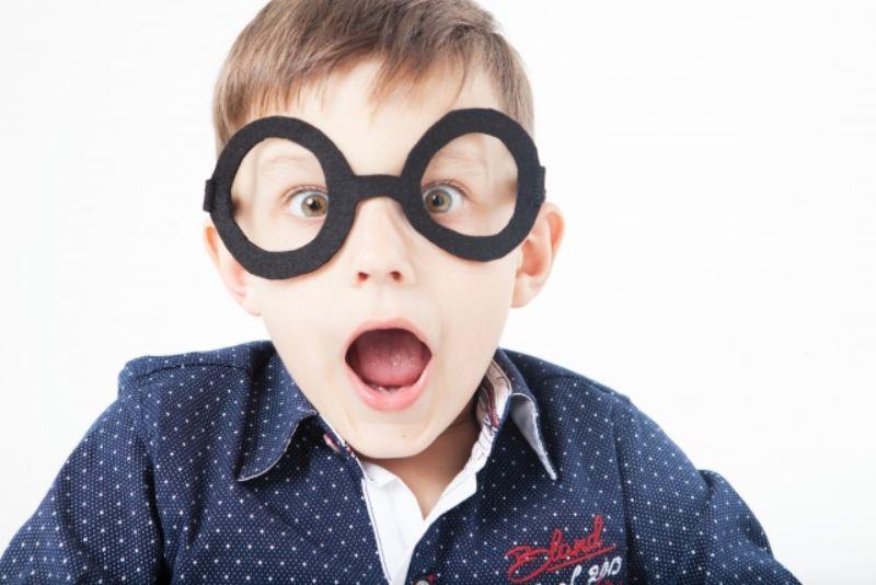 メガネをかけた男の子