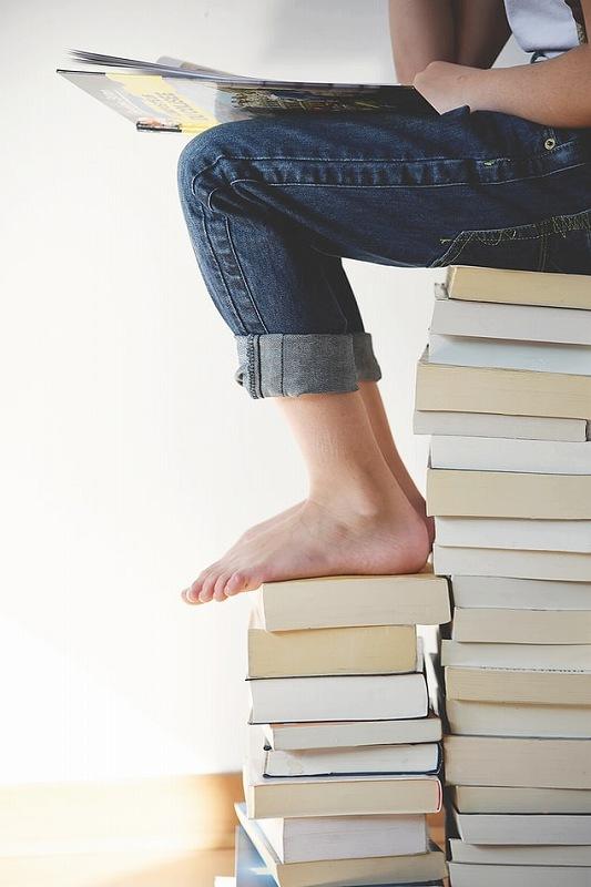本のたばに座る人