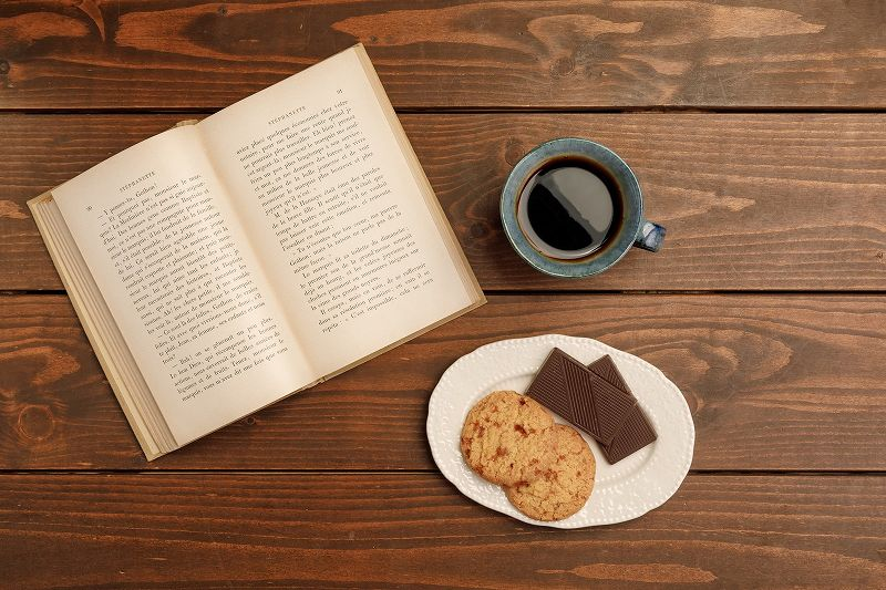 本と飲み物とおやつ