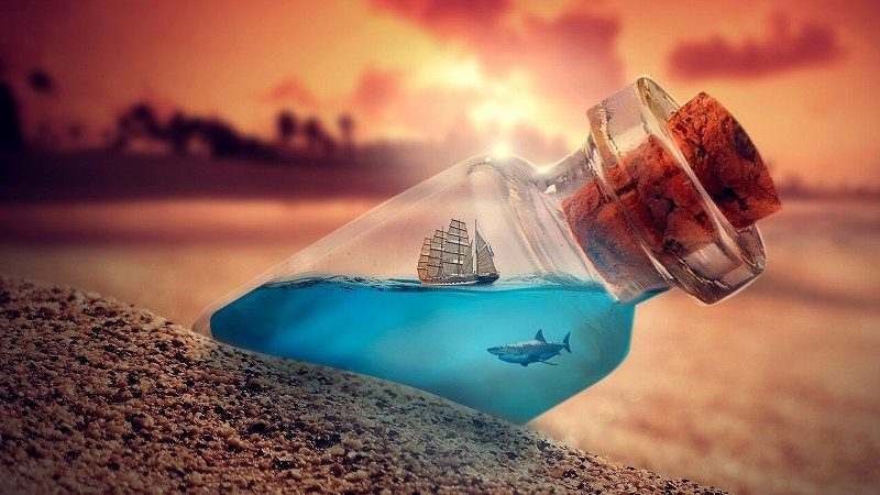 砂浜にあるボトルに入った船