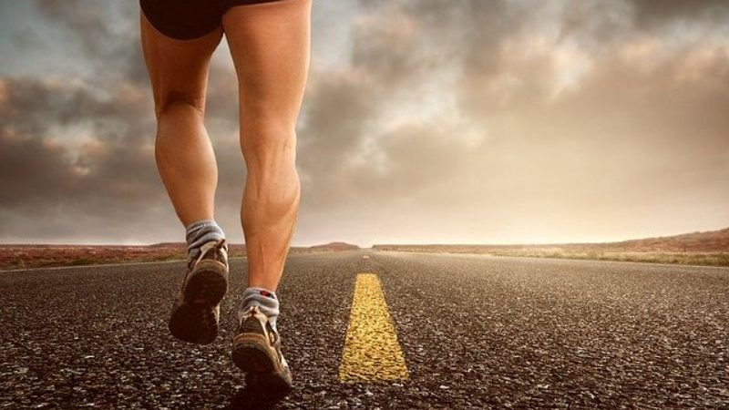 走る男性の足元