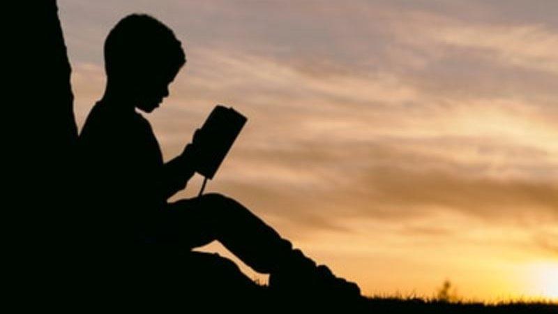 夕方本を読む男の子