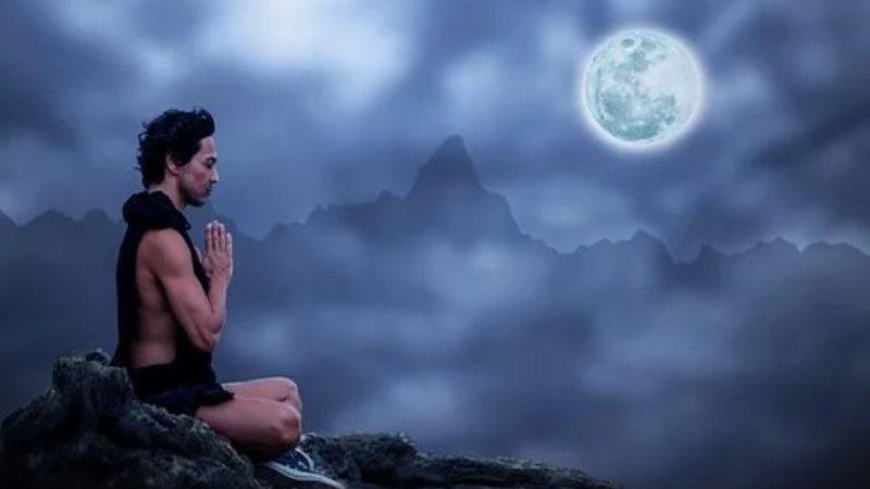 月夜に瞑想する人