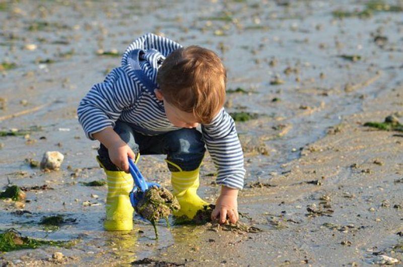 水辺で遊ぶ子供
