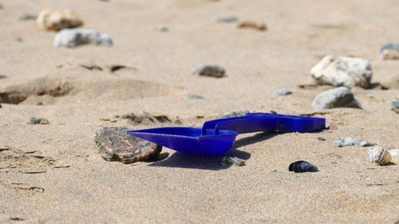 砂浜のスコップ