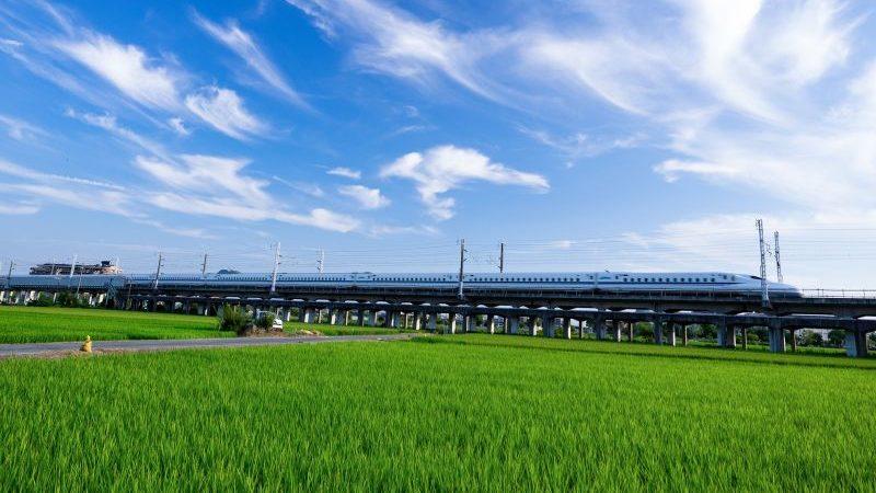 田んぼの中の新幹線