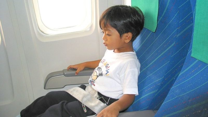 シートに座る子ども