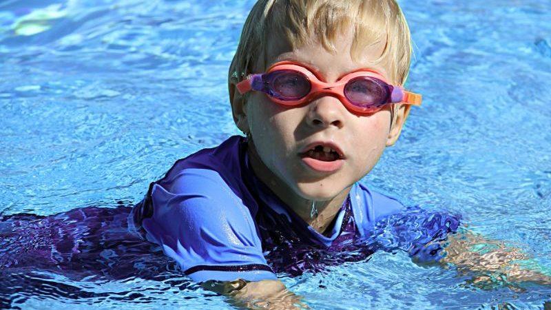 泳ぐ男の子